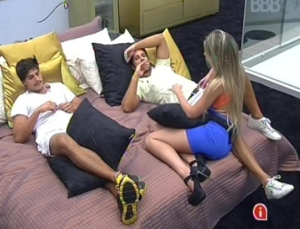 22.fev.2013 - André, Eliéser e Fernanda conversam sobre o jogo no quarto do líder