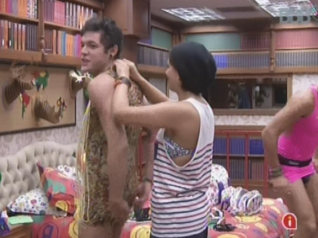 22.fev.2013 - Andressa ajuda a colocar vestido seu em Nasser para a festa do