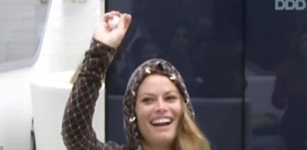 22.fev.2013 - Natália sorteia a bolinha branca e ganha o direito de participar da prova, assim como Eliéser, Andressa e Nasser