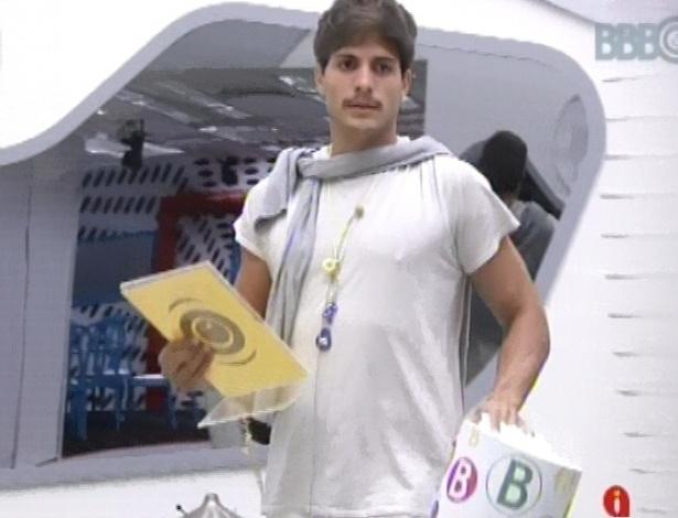 22.fev.2013 - André, atual líder, sorteia as bolinhas para ver quem poderá participar da prova do anjo