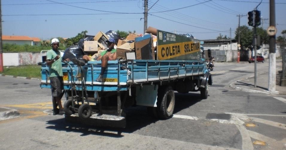 22.fev.2013 - Caminhão faz a coleta seletiva na região da divisa entre as cidades de São Vicente e Santos
