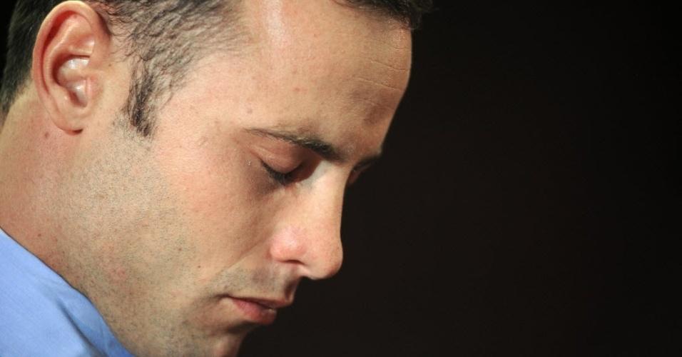 22.fev.2013 - De cabeça baixa e olhos fechados, Oscar Pistorius aguarda o resultado da audiência sobre seu pedido de fiança