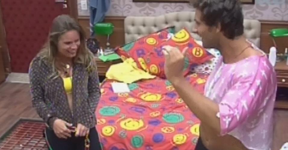 22.fev.2013 - Eliéser coloca roupas de Natália para uma festa de