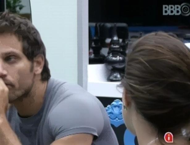 22.fev.2013 - Eliéser explica a Kamilla que não está se sentindo 100% em relação a eles dois