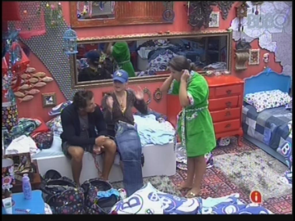 22.fev.2013 - Eliéser, Natália e Andressa conversam sobre as roupas que usarão no