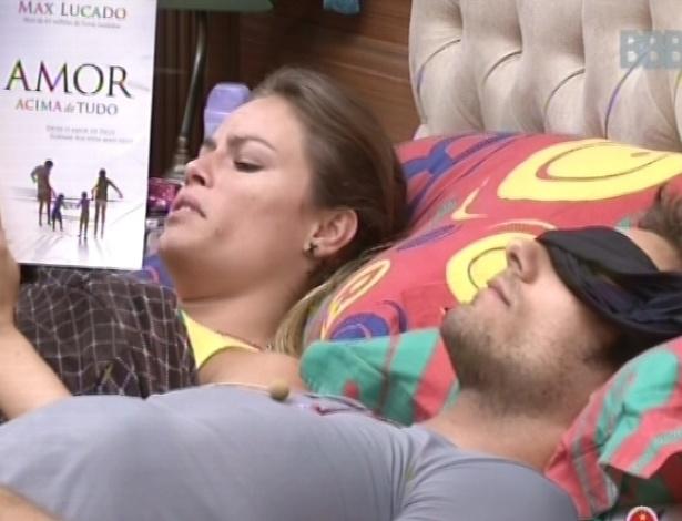 22.fev.2013 - Enquanto Eliéser tenta dormir, Natália lê o livro