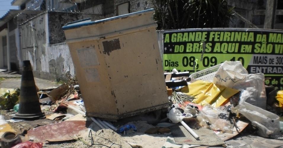 22.fev.2013 - Entulho acumulado em esquina do bairro Jardim Independência
