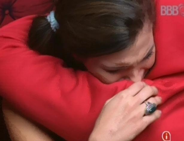 22.fev.2013 - Fani abraça e tenta consolar Kamilla dentro da despensa, onde as duas conversam
