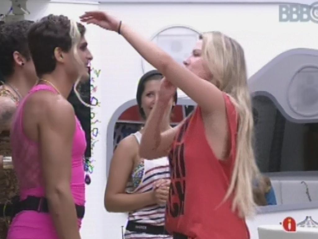 22.fev.2013 - Fernanda coloca mehca de cabelo loira em André após maquiar brother