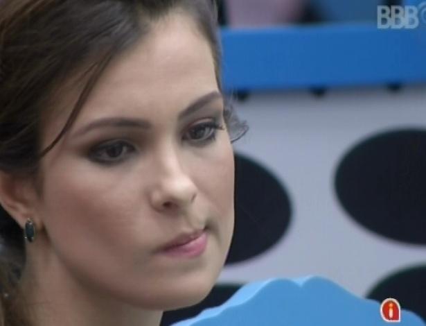 22.fev.2013 - Kamilla ouve os argumentos de Eliéser e depois fica sozinha na cozinha da casa grande