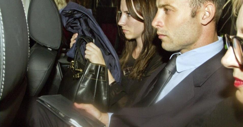 22.fev.2013 - Liberado sob fiança, Oscar Pistorius deixa tribunal de Pretória ao lado de sua irmã