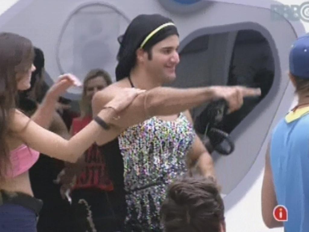 22.fev.2013 - Marcello aparece na sala com um vestido de Kamilla na festa do
