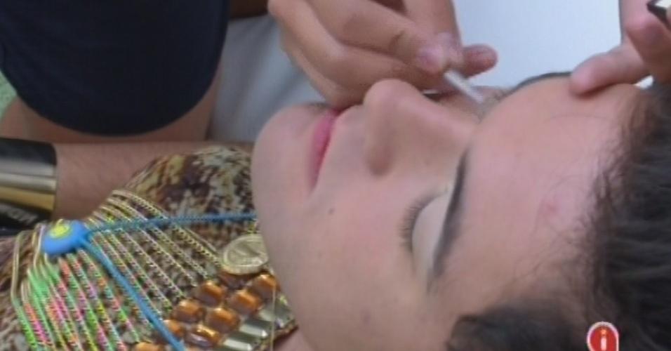 22.fev.2013 - Nasser é maquiado por Andressa para a festa do