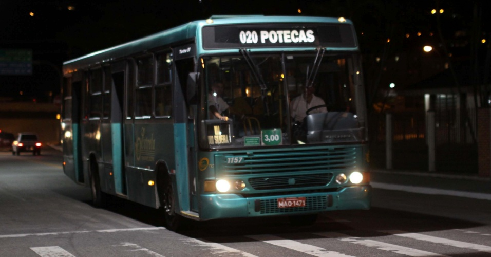 22.fev.2013 - Ônibus circulam sem escolta policial em Florianópolis, na noite desta sexta-feira (22). Os coletivos estavam recebendo escolta policial devido os constantes ataques criminosos que o município estava sofrendo