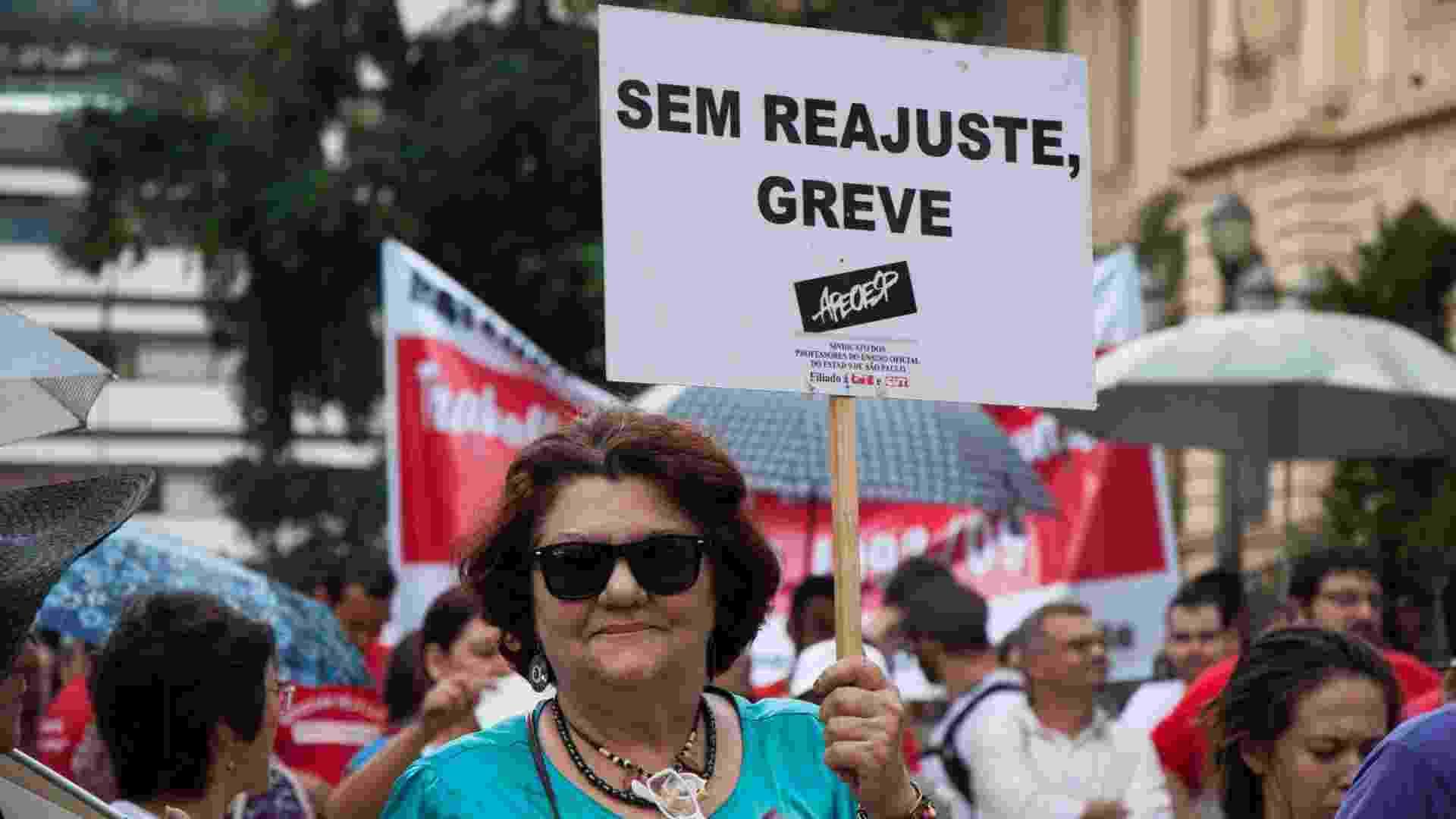 22.fev.2013 - Professora exibe cartaz durante protesto dos profissionais do ensino da rede pública estadual, na Praça da República - Peter Leone/futura Press