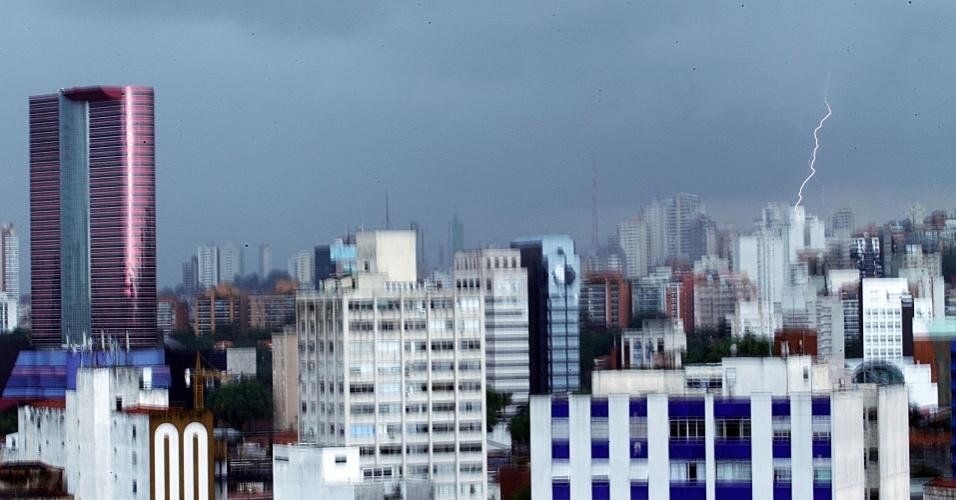 22.fev.2013 - Raio atinge o bairro de Pinheiros, na zona oeste de São Paulo, durante forte chuva na tarde desta sexta-feira (22)