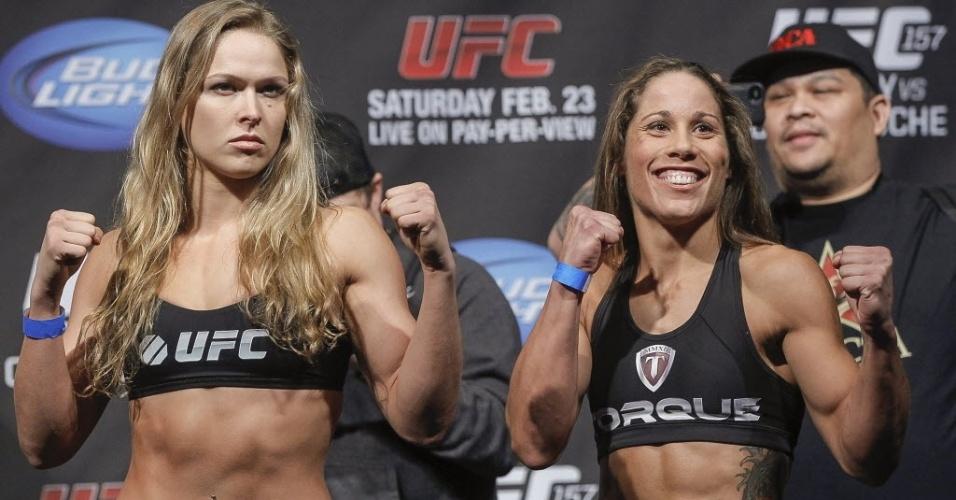 22.fev.2013 - Ronda Rousey e Liz Carmouche ficam lado a lado após a encarada na pesagem da primeira luta feminina da história do UFC