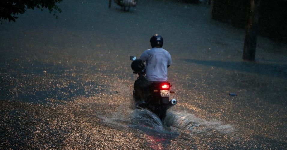 22.fev.2013 - Temporal inunda ruas de Santos, no litoral sul paulista, no final da tarde desta sexta- feira (22)