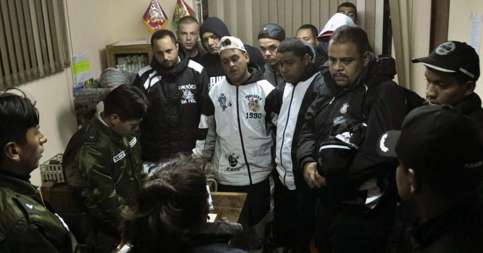 22.fev.2013 - Torcedores corintianos prestam depoimento em delegacia na Bolívia; brasileiros foram indiciados por morte de jovem de 14 anos durante partida entre Corinthians x San Jose