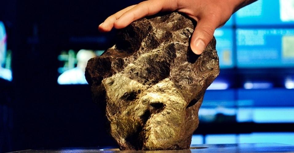 22.fev.2013 - Um meteorito de 6.000 anos, que pesa 8,37 quilos e mede 20 centímetros, pode ser visto e tocado pelo público no espaço Catavento, em São Paulo. O museu de ciência e tecnologia estima que mais de 1,5 milhão de pessoas já passaram a mão no artefato encontrado em 1576 em Campo Del Cielo, na Argentina - os visitantes são incentivados a tocar no meteorito milenar para sentir o cheiro de ferro da sua composição