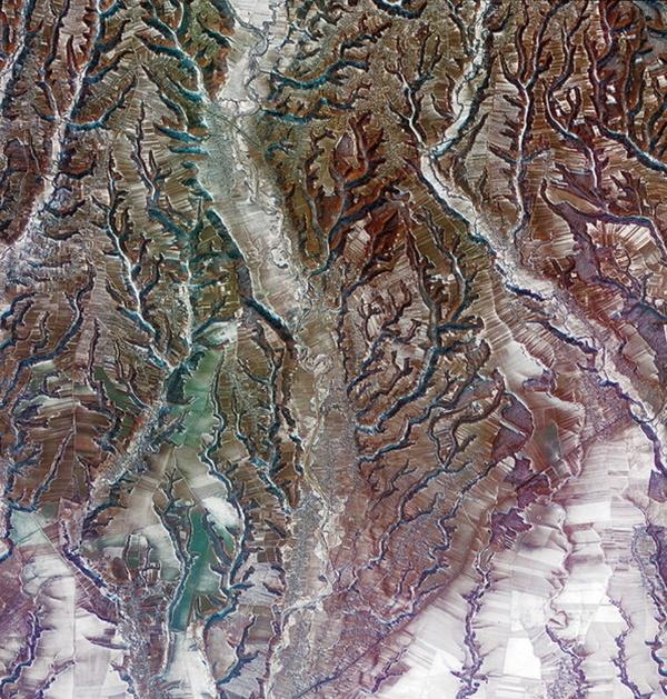 22.fev.2013 - Um padrão similar ao de galhos de árvores foi formado por causa da erosão ao longo dos rios nesta região da Romênia, na Europa, revela o satélite Kompsat-2, da Coreia. No centro da imagem, o rio Cotmeana divide a grande área em pequenas regiões agrícolas