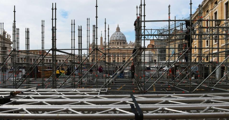 22.fev.2013 - Vaticano começa a se preparar para a última audiência geral de Bento 16, a ser realizada em frente à Basílica de São Pedro