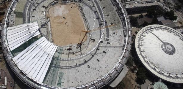 Visão aérea do estádio Maracanã mostra cobertura, que começou a ser instalada em fevereiro