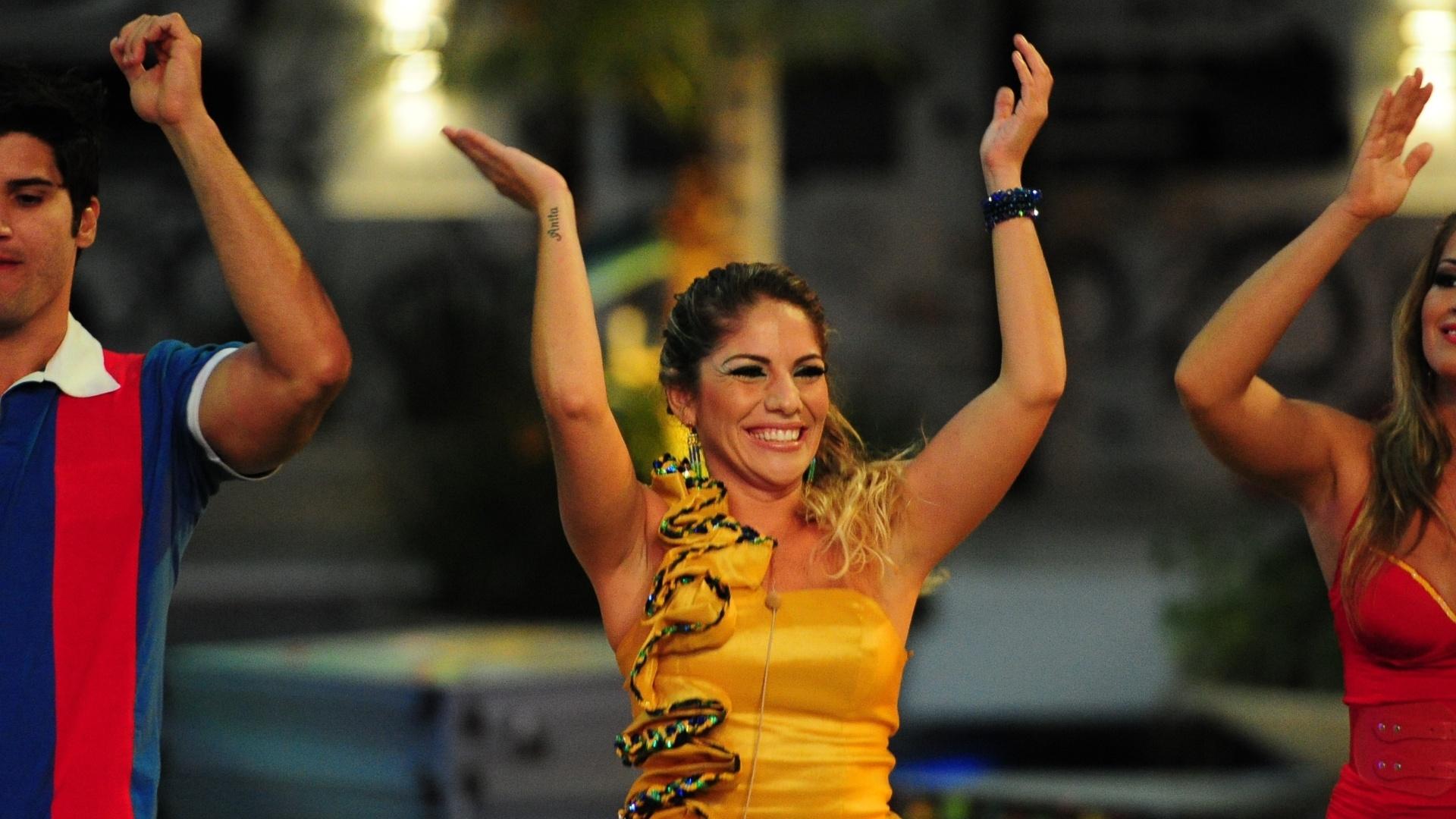 20.fev.2013 - Anamara curte o som de Michel Teló e bate palmas em show