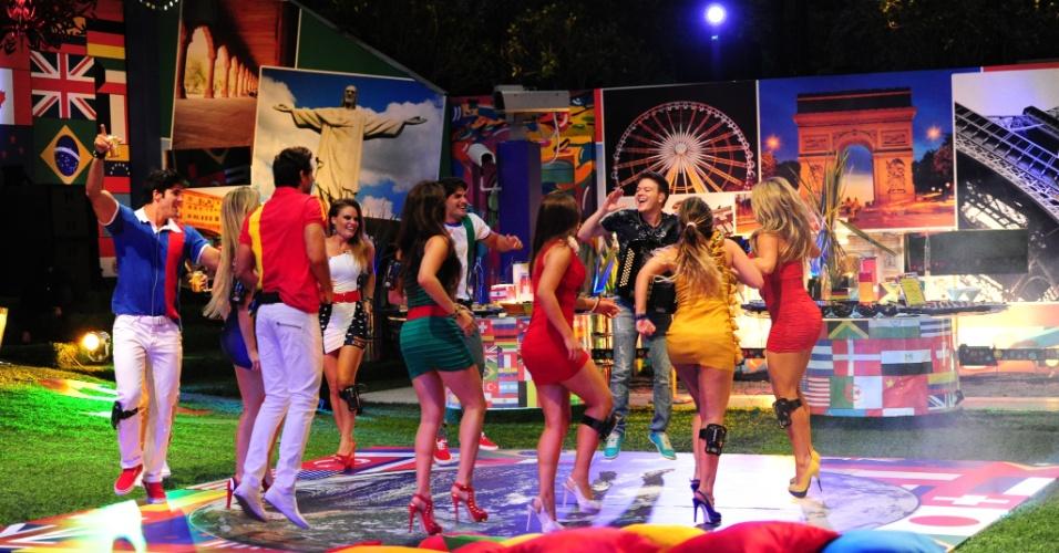 20.fev.2013 - Na pista, brothers dançam juntos com o cantor sertanejo Michel Teló