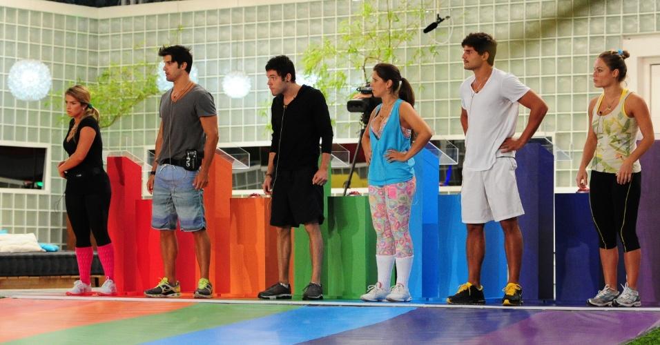 21.fev.2013 - Participantes precisaram encontrar três trevos de quatro folhas e uma mandala numa piscina de bolinhas. André venceu a disputa.