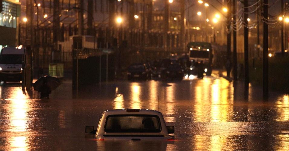 22.fev.2013 - Carro é coberto pela água durante temporal que atinge a cidade de Cubatão, no litoral paulista