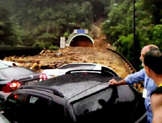 22.fev.2013 - Imagem de um usuário da rede social Instagram mostra motoristas e passageiros isolados na rodovia dos Imigrantes, no ponto onde uma enxurrada amontoou carros e provocou deslizamento de terra e rochas. Uma pessoa morreu no acidente