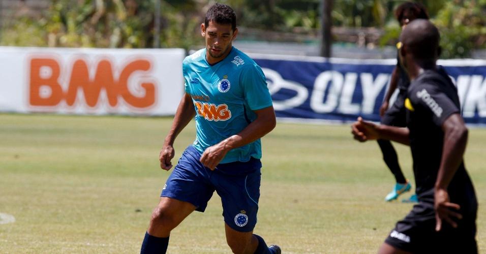 23 fev 2013 - Diego Souza durante o jogo-treno em que o Cruzeiro venceu o Progresso de Angola