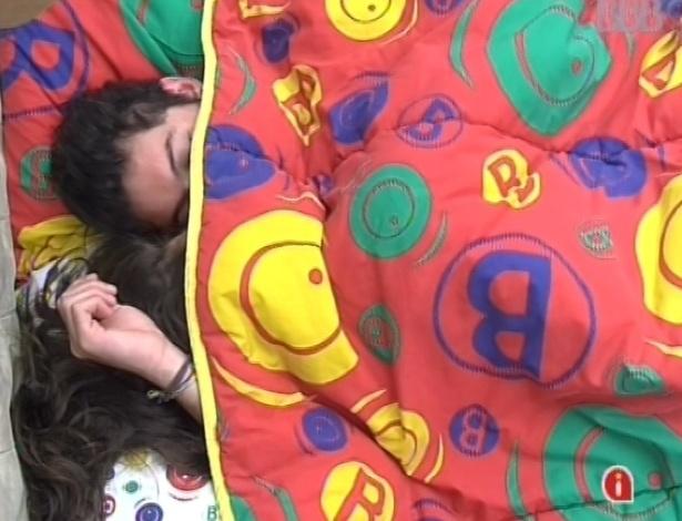 23.fev-2013 - Andressa e Nasser acordam e ficam se beijando entes de encontrar outros brothers