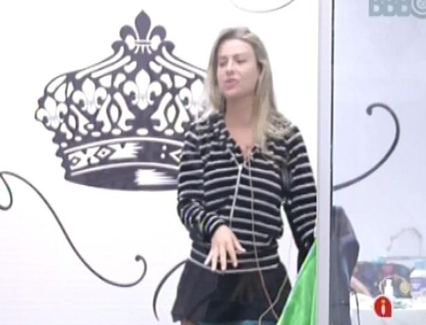 23.fev.2013 - Fernanda acorda no quarto do líder ao som de cornetas, que era o toque de despertar desta manhã
