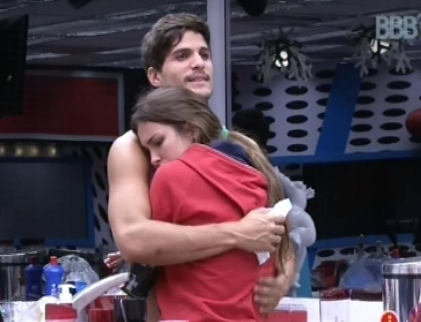 """23.fev.2013 - André abraça Kamilla após discussão entre a miss e Fernanda e diz: """"A gente gosta muito de você"""""""