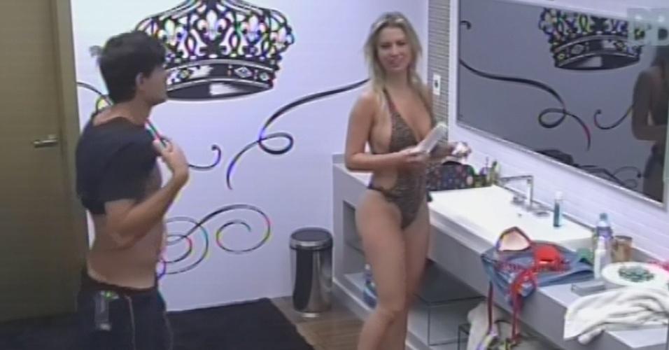 23.fev.2013 - André admira barriga no banheiro do quarto do líder, ao lado de Fernanda