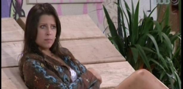 23.fev.2013 - Andressa conversa com Anamara sobre menstruação e uso de anticoncepcionais na jardim da casa