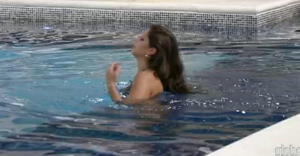 23.fev.2013 - Andressa dá um mergulho na piscina após acordar