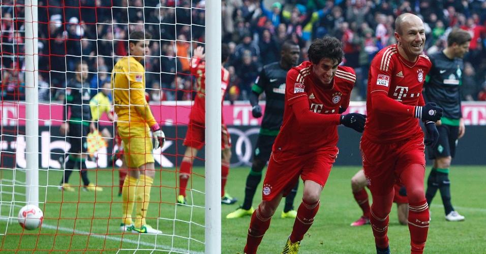 23.fev.2013 - Arjen Robben (dir.) e Javi Martinez comemoram gol do Bayern de Munique contra o Werder Bremen