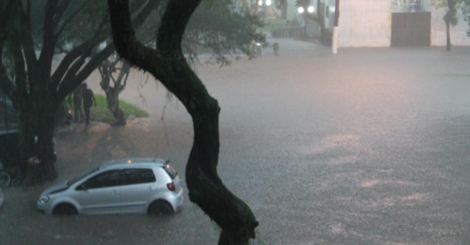 23.fev.2013 - Carros ficam ilhados na praça dos Emancipadores, em Cubatão (56 km de São Paulo), após forte chuva. O município do litoral paulista, que registou ao menos 239 desabrigados, decretou estado de emergência