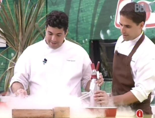 23.fev.2013 - Chef Felipe Bronze prepara sobremesa com nitrogênio, para ficar bem gelada
