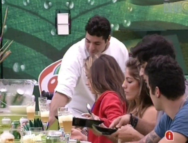 """23.fev.2013 - Chef Felipe Bronze serve os participantes do """"BBB13"""" nesta tarde"""