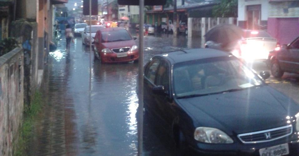 23.fev.2013 - Chuva causa alagamentos em Cubatão (56 km de São Paulo). O município do litoral paulista, que registou ao menos 239 desabrigados, decretou estado de emergência