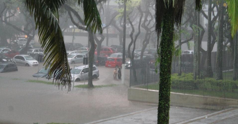 23.fev.2013 - Chuva provoca inundações na praça dos Emancipadores, em Cubatão (56 km de São Paulo). O município do litoral paulista, que registou ao menos 239 desabrigados, decretou estado de emergência