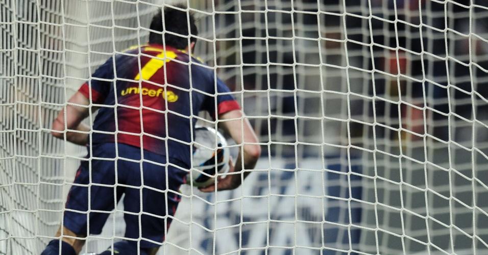 23.fev.2013 - Com pressa, o atacante David Villa, do Barcelona, pega a bola no fundo do gol após fazer gol contra o Sevilla