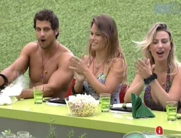 23.fev.2013 - Eliéser, Natália e Fernanda se deliciam com os quitutes do chef Felipe Bronze