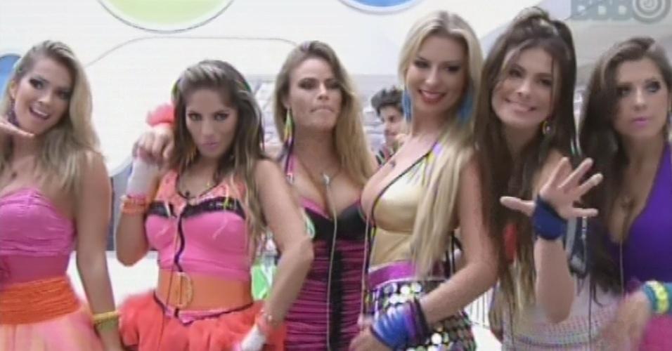 23.fev.2013 - Fani, Anamara, Natália, Fernanda, Kamilla e Andressa posam para foto antes da festa