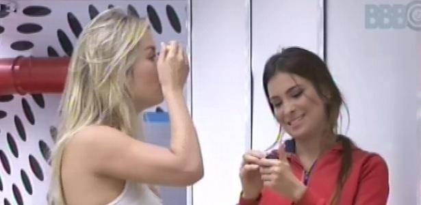 23.fev.2013 - Fernanda e Kamilla se maquiam na sala da casa, enquanto esperam o quintal da casa ser liberado