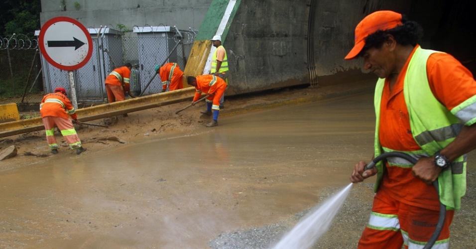 23.fev.2013 - Funcionários da Ecovias retiram lama da entrada de túnel da rodovia dos Imigrantes, em São Paulo. Os deslizamentos de terra causados por um temporal interromperam o trânsito no Sistema Anchieta-Imigrantes desde sexta-feira (22)